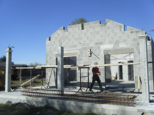 Maison en parpaing simple remonter un mur en pierre for Construire une extension en parpaing